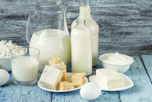 Süt ürünleri masanın üzerinde duruyor