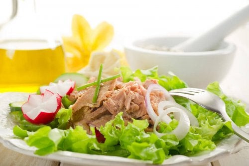 Ton balığı salatası doyurucu ve besleyici bir yemektir.