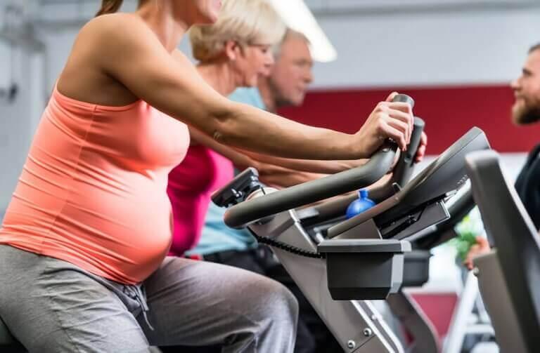 Sabit bisiklet süren hamile kadınlar