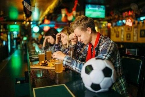 bira içip yenildiğine üzülen gençler