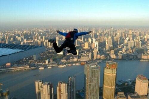 Base Jump yapan bir insan