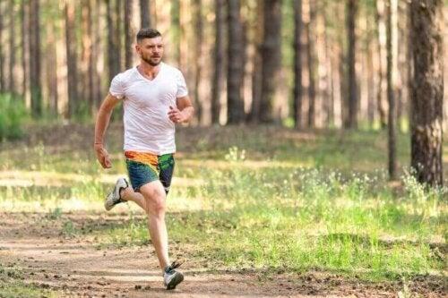 Ormanda koşan adam