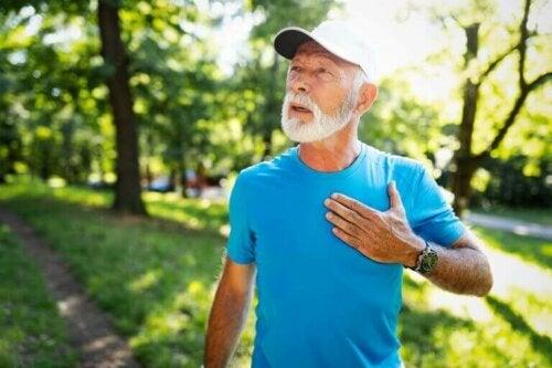 kalbini tutan yaşlı sporcu