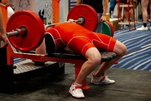 güç kullanarak yapılan sporlar: powerlifting yapan sporcu