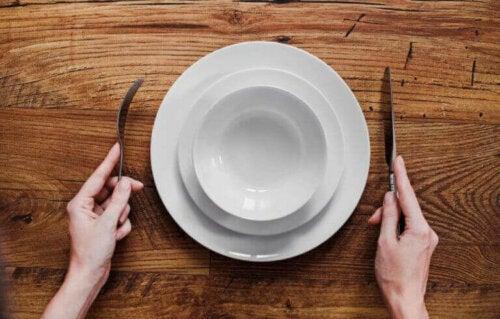 boş tabakta yemek bekleyen adam