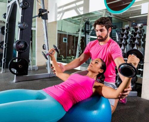 göğüs bölgesini çalıştırmak için dambıl egzersizi