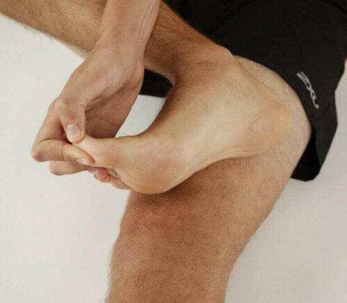 ayak baş parmağını gerdiren sporcu