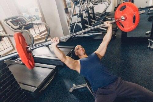 spor salonunda halter kaldıran adam