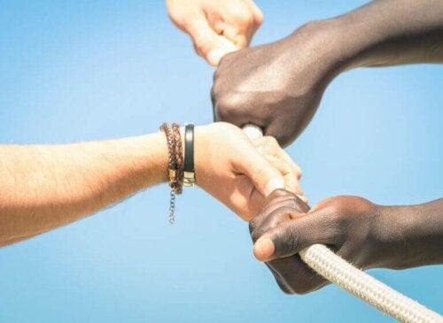 beraber bir ipi çeken eller