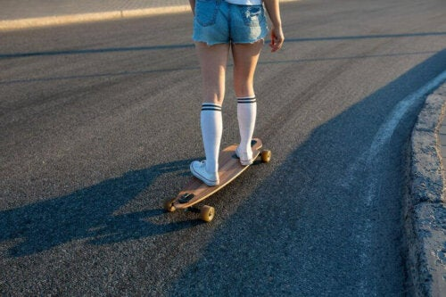 longboard stili kaykay yapan genç