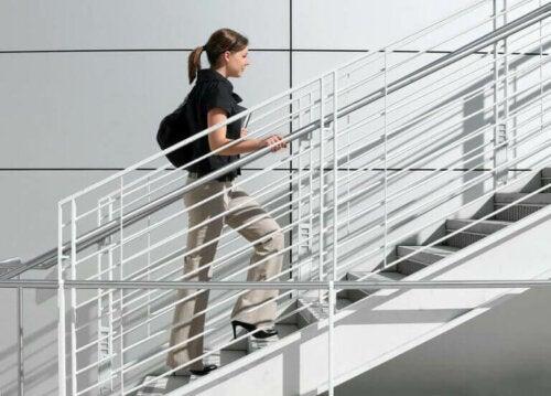 merdivenden kısa depar ile çıkan kadın