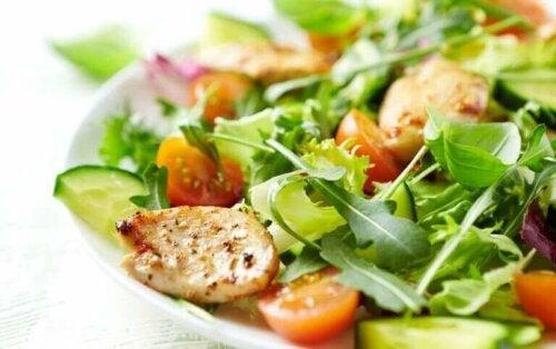 bir kase tavuklu salata