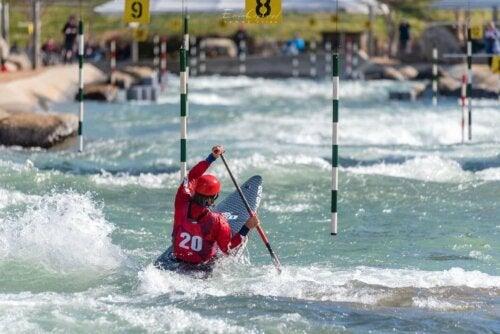 Slalom dalgalı suda yapılır.