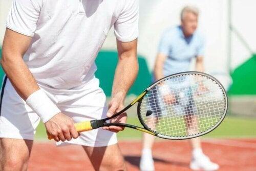 tenis oynayan sporcu