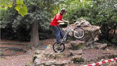 Trial bisiklet süren bir insan