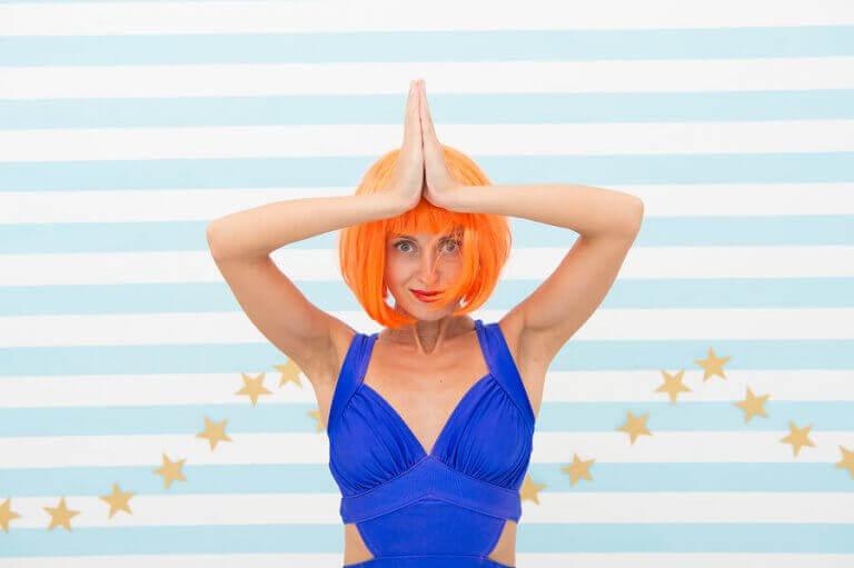 mavi mayolu turuncu saçlı oryantal dansçı