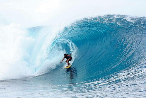 büyük dalganın içindeki sörfçü