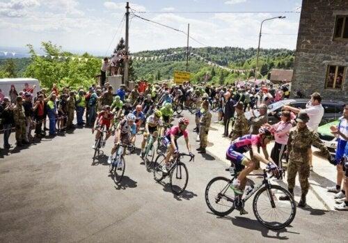Bisikletçiler halkın arasında