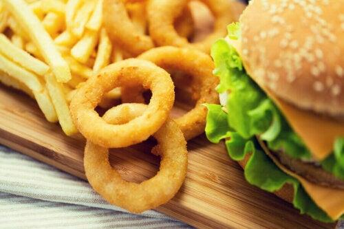 hamburger ve kızarmış patates ile soğan