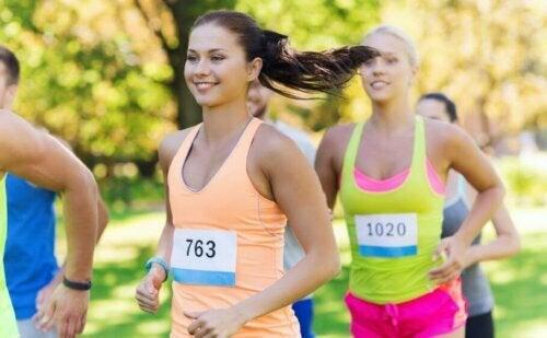 maraton koşan yarışmacılar