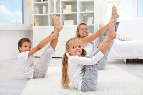 çocuklar için yoga yapan anne ve çocuklar