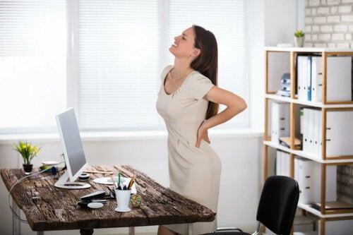 ofiste beli ağrıyan kadın
