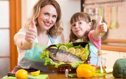 balık pişiren anne kız
