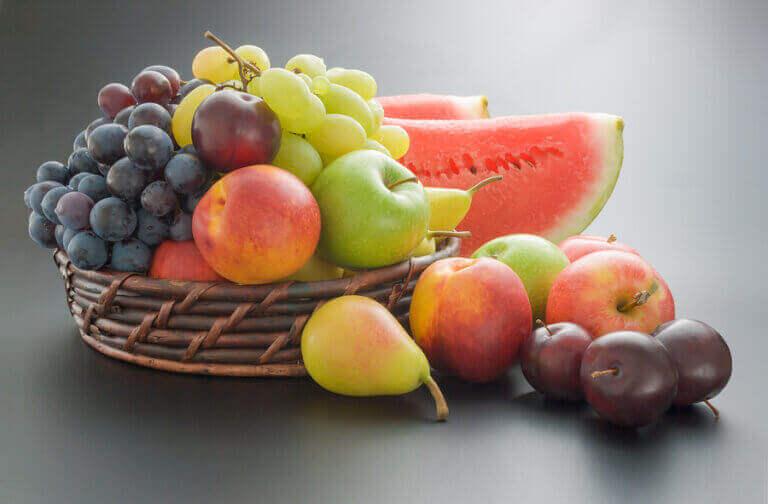 bir sepette çeşitli meyveler