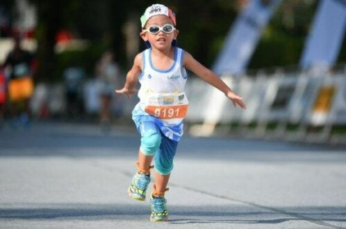 Maratonda yarışan çocuk