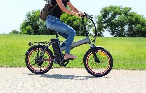 Kadın sürücülü elektrikli bisiklet