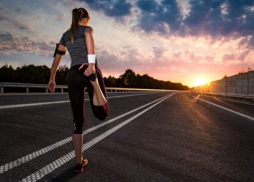 Koşmaya başlamak için ısınan kız