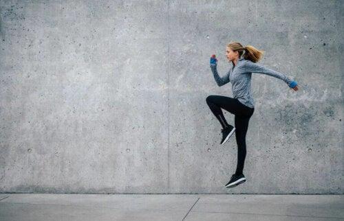 zıplama antrenmanı yapan kadın