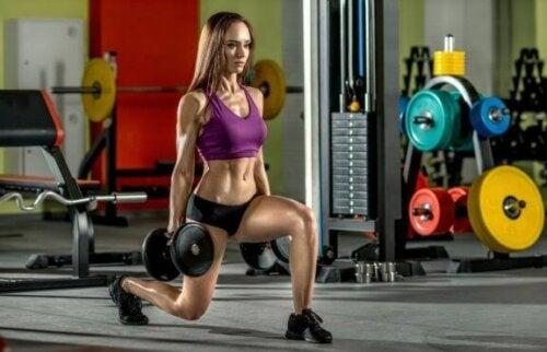 ağırlık lunge yapan kadın