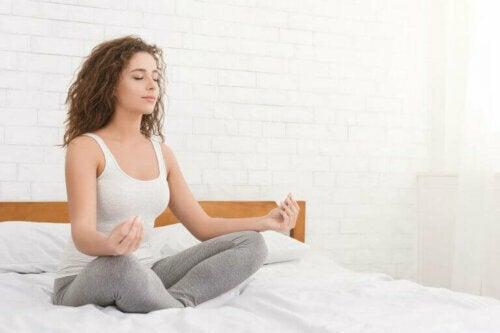 meditasyon yatak kadın