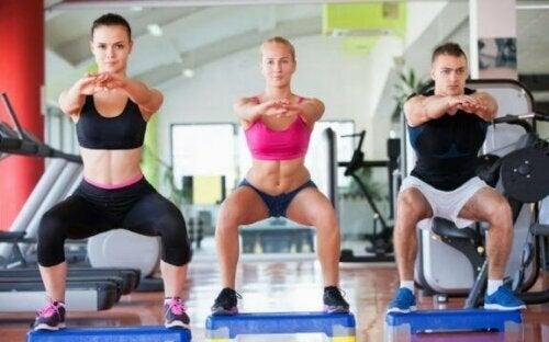 squat yapan insanlar spor salonu