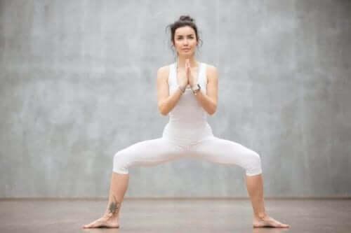 sumo squat yapan kadın bacak kasları