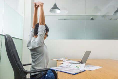 ofiste esneme hareketleri yapan adam