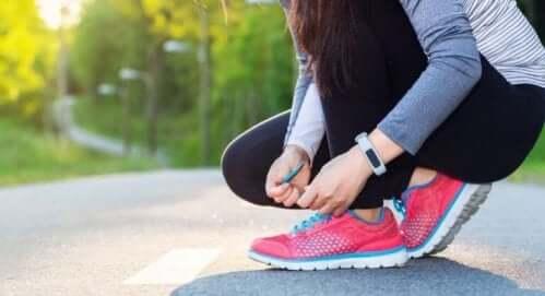 ayakkabısını bağlayan kadın