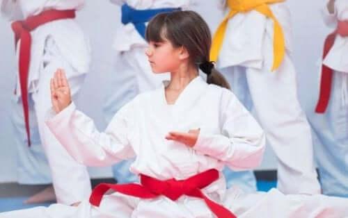 dövüş sporu yapan kız çocuğu