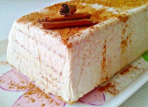 Sağlıklı peynir ve tarçınlı dondurmalı kek