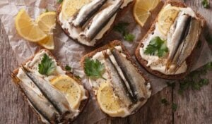 Sardalyalı ekmek dilimleri