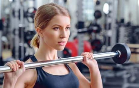 ağırlık barı kaldıran kadın