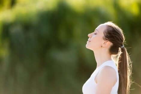 shakti yoga yapan kadın