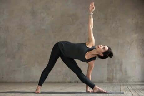 ters üçgen pozisyonu yapan kadın