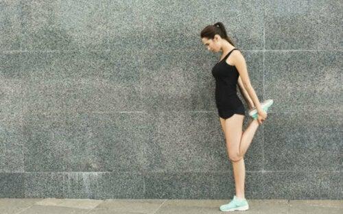 Bacak kaslarını esneten bir kadın.