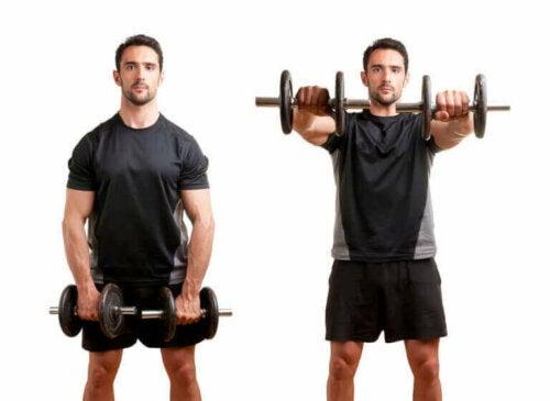 Bir adam omuzlarını çalıştırmak için ön kol ile dambıl kaldırıyor