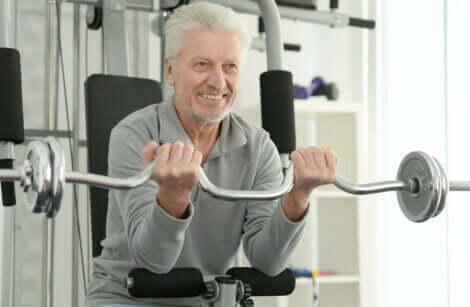 yaşlı adam kol antrenmanı yaparken