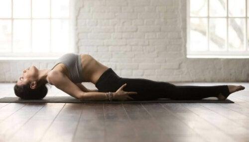 Yoga yapan bir kadın