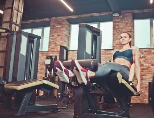 bacak egzersizi yapan kadın