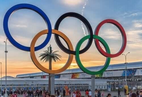 Antik Çağ Olimpiyat Oyunları ve Olimpiyat halkası.